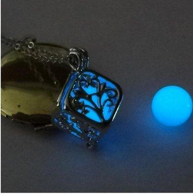 collane cubo si illuminano al buio gioielli collane di fan su misshobby. Black Bedroom Furniture Sets. Home Design Ideas