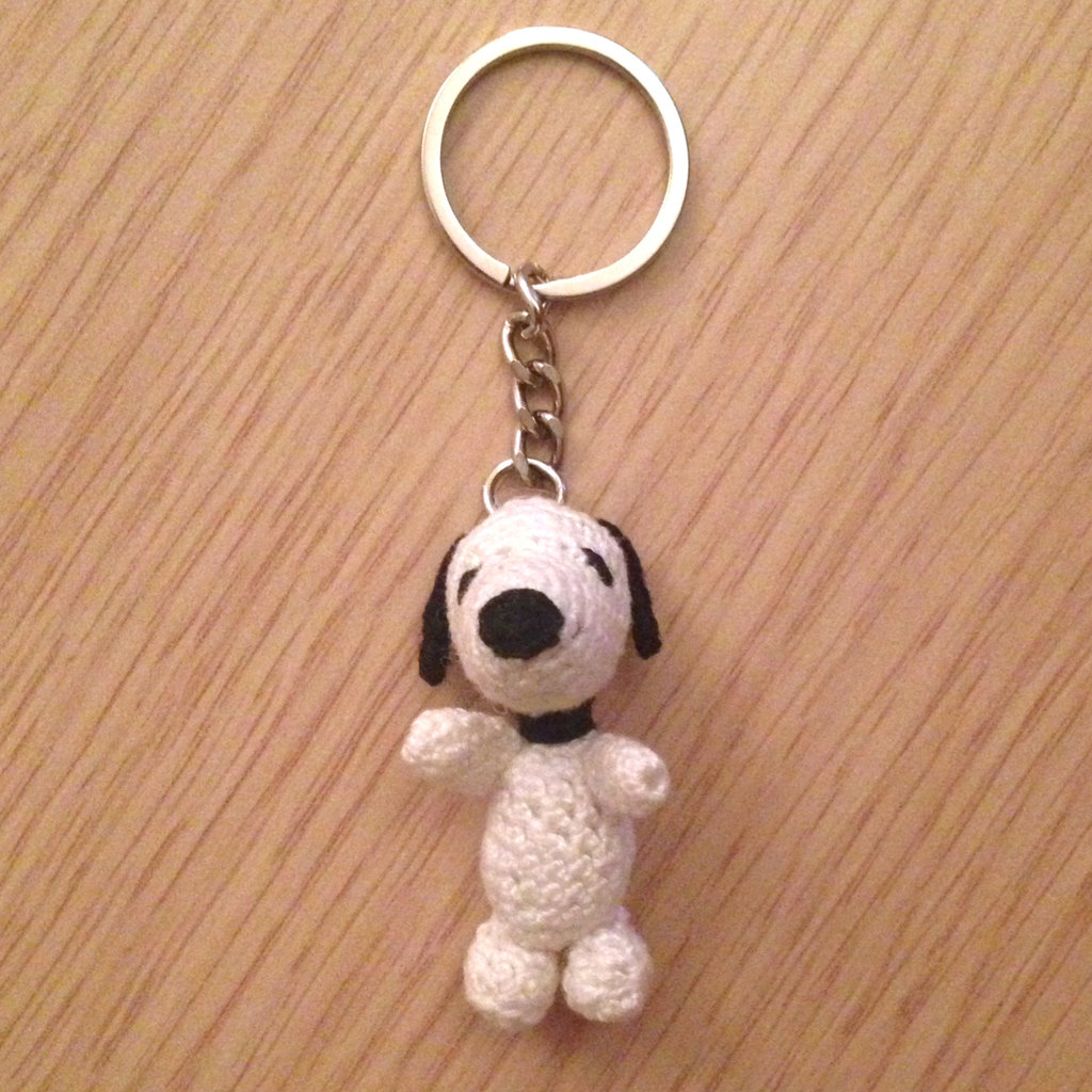 Portachiavi con Snoopy amigurumi, fatto a mano all'uncinetto