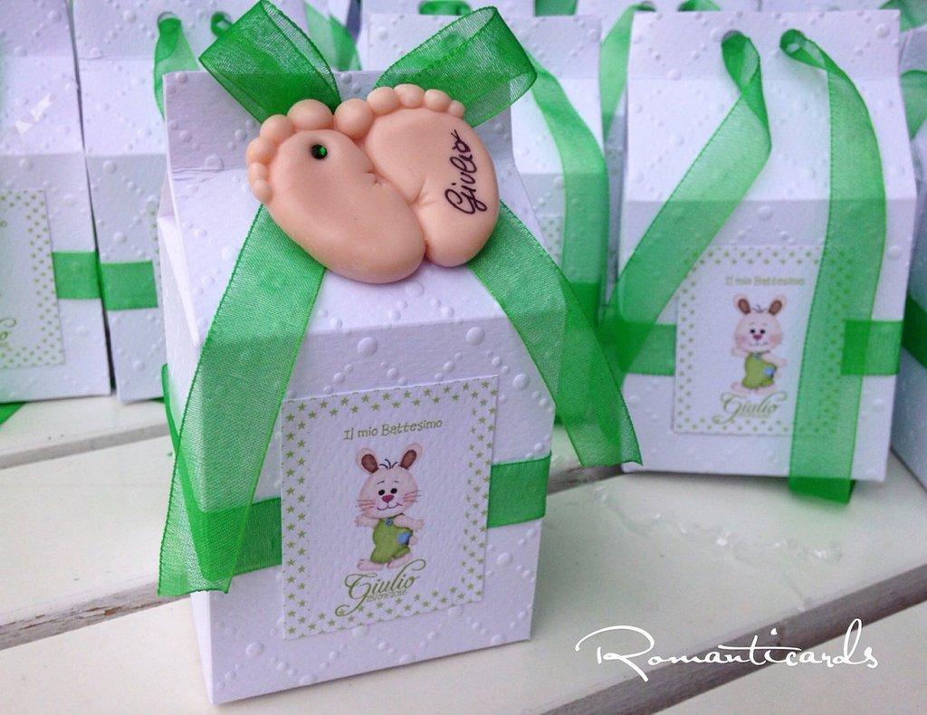 Bomboniera a calamita in forma di piedini elaborata in fimo e scatolina a forma di latte come porta confetti by Romanticards