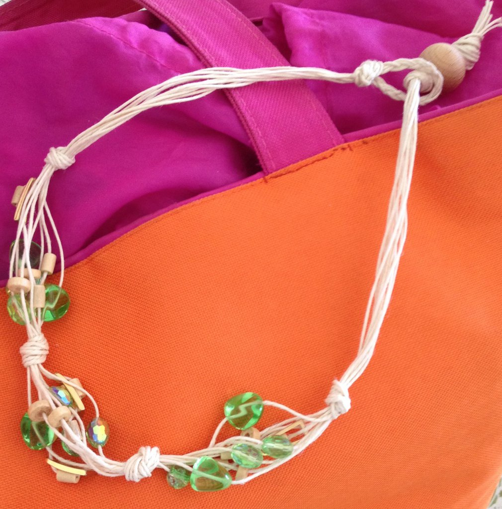 Collana verde di fili di canapa