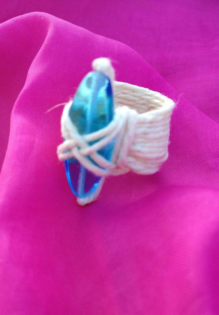 Anello azzurro con fili di canapa