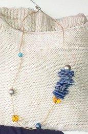 Collana di corda con quadrati di plastica e perle blu