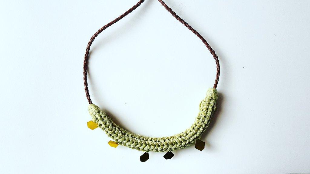 Collana intrecciata verde e oro