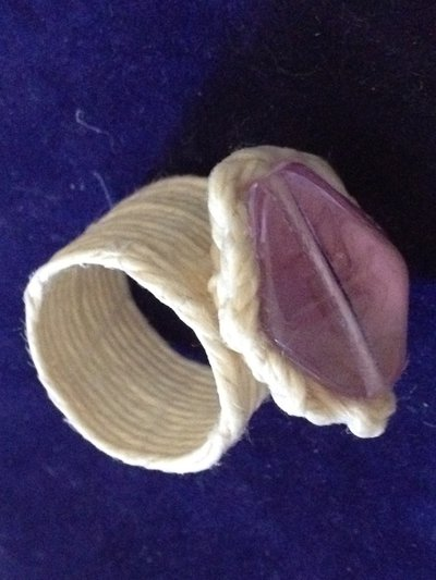 Anello viola con fili di canapa