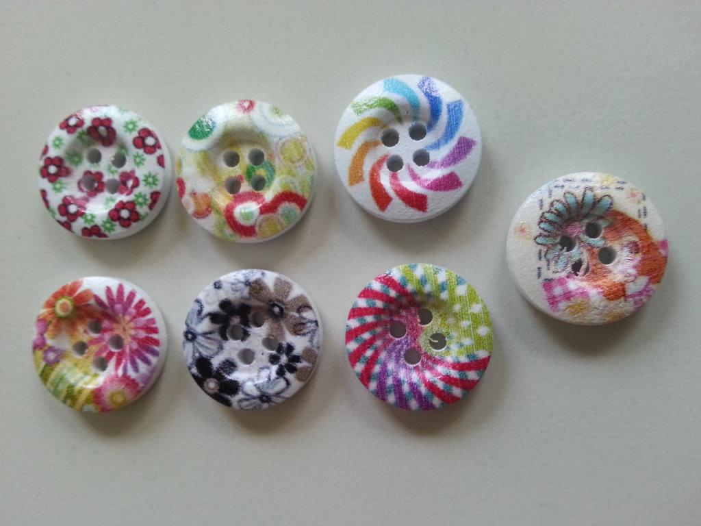 nr. 7 bottoni in legno con fantasie varie