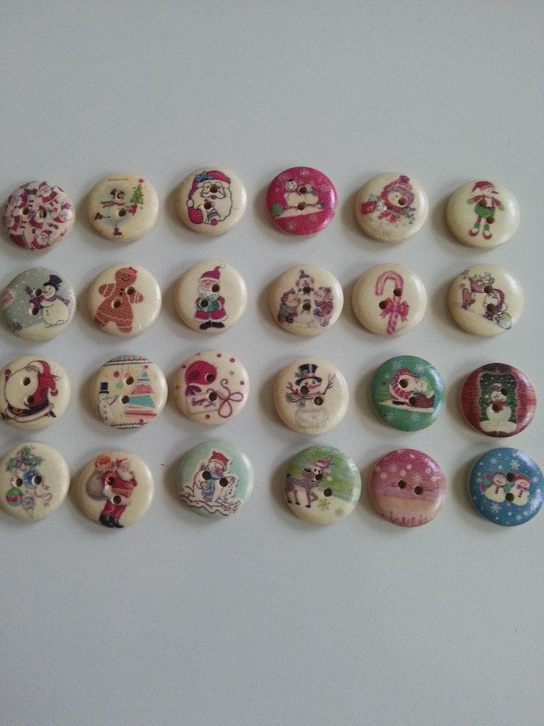 nr. 10 bottoni in legno con fantasie varie natalizie
