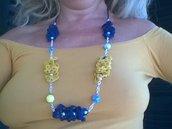 Collana ad uncinetto con strisce increspate e perline.