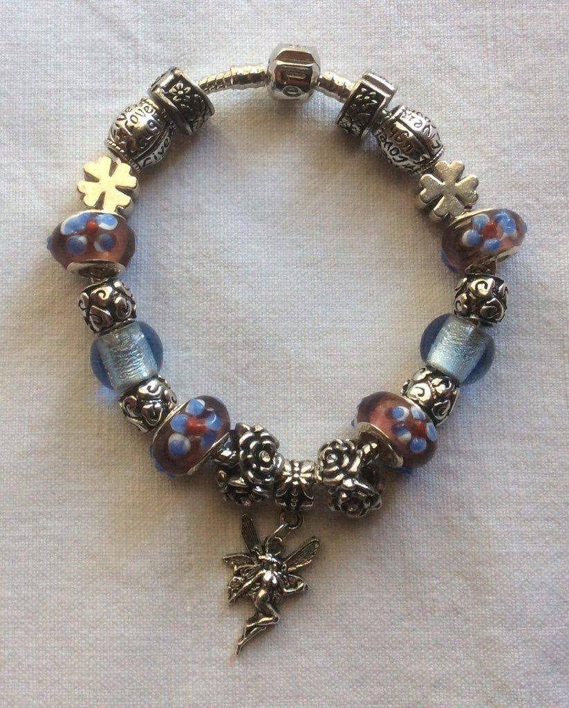 Stupendo bracciale in argento tibetano e vetro di murano e tanti portafortuna