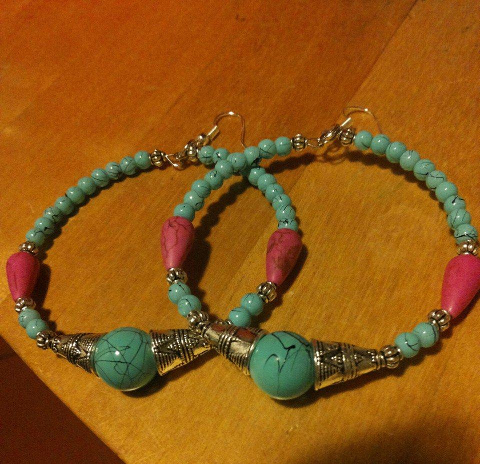 Orecchini con pendente a cerchio di perline turchesi e fucsia