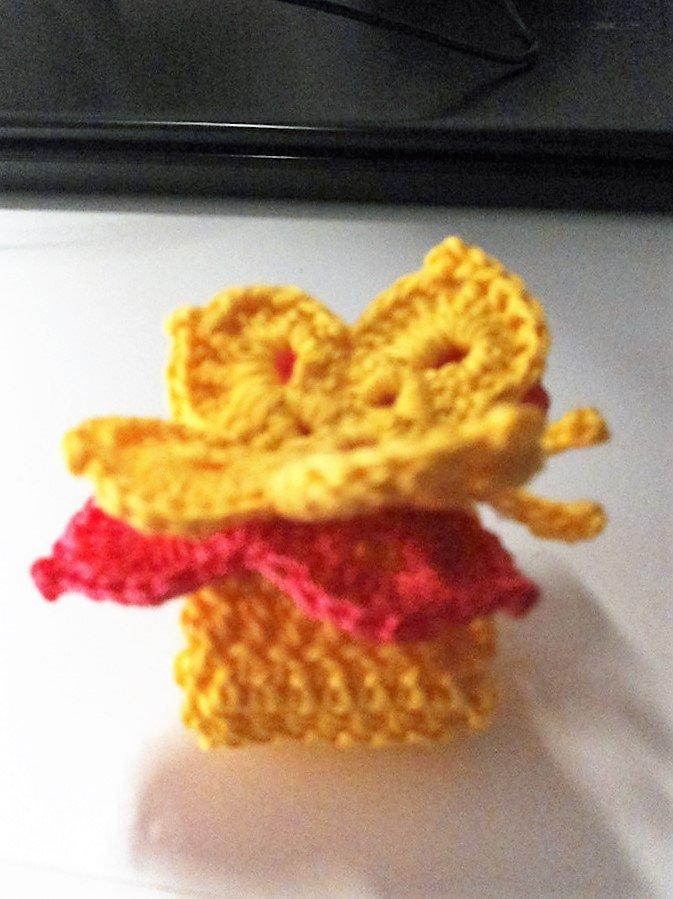 Sei portatovaglioli gialli realizzati ad uncinetto con farfalla tridimensionale in rosa e giallo