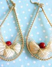 Orecchini con pendente a goccia in metallo dorato conchiglie e perla rossa