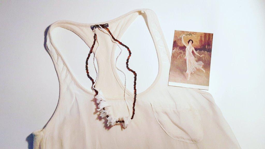 Collana di stoffa e perline bianche e marroni