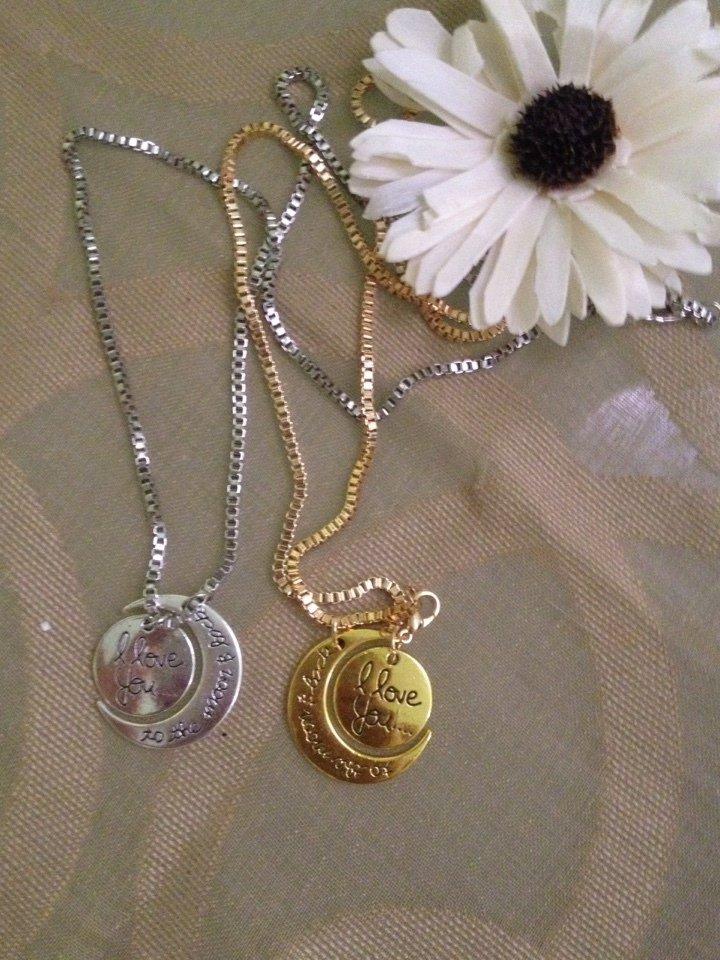 """collana in metallo con ciondoli a forma di luna e sole con impressa la scritta """" i love you to the moon and back"""". Disponibile in metallo color oro o color argento"""