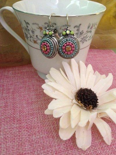 orecchini in stile bohemian decorati con perline e strass