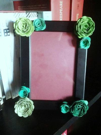Cornice portafoto con fiori di carta sfumature di verde