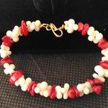 bracciale con base ottone,e pietre corallo bianco e rosso.