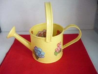 innaffiatoio latta giallo con fiori