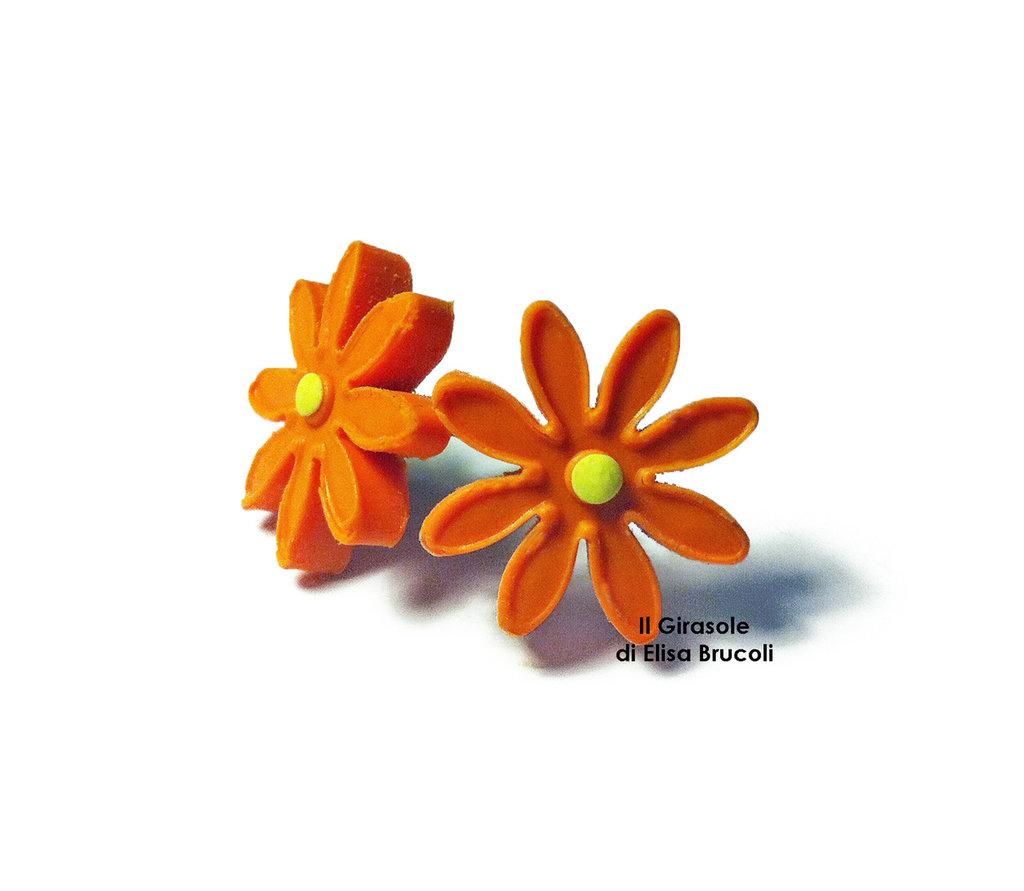 Orecchini a perno con margherita arancione in pasta polimerica fimo