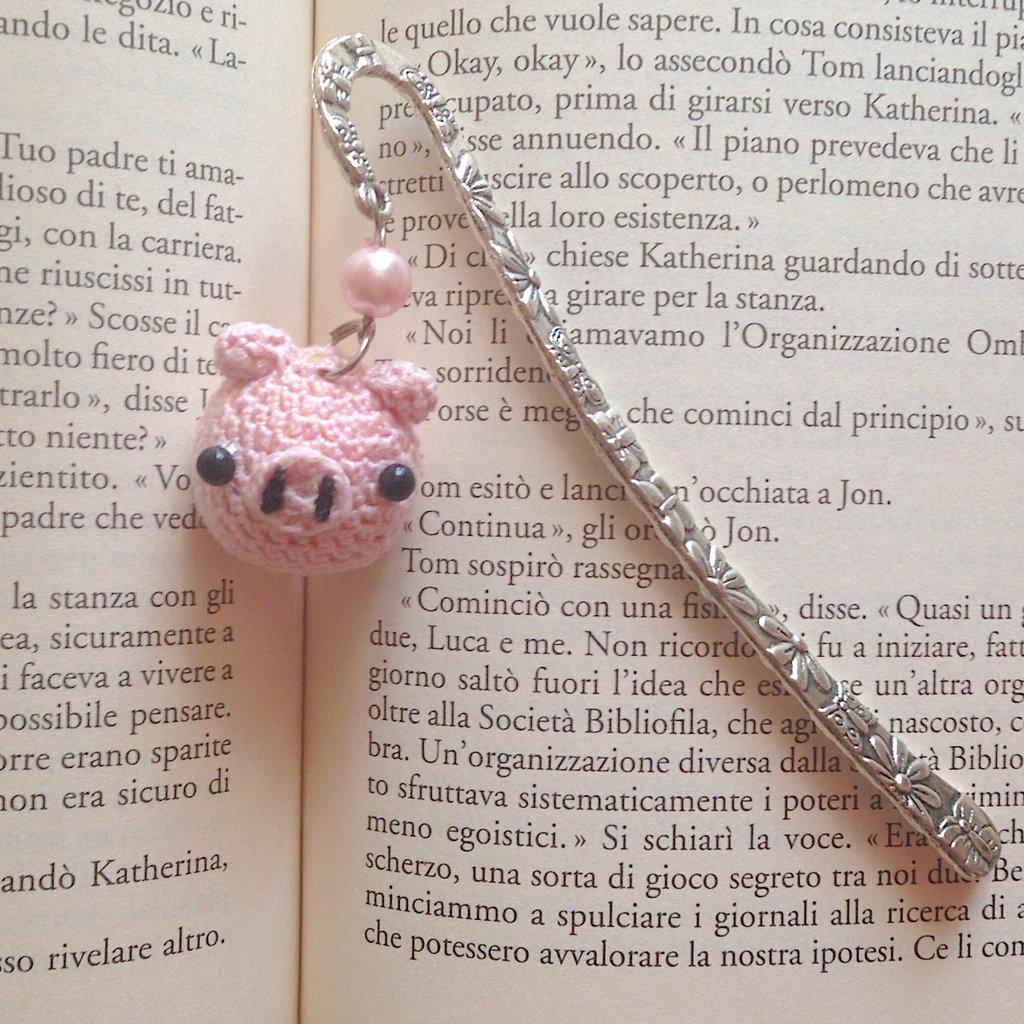 Segnalibro a gancio con maialino rosa amigurumi, fatto a mano all'uncinetto