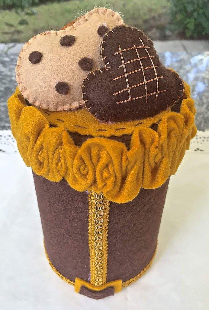 barattolo di latta portacaramelle rivestito in feltro e decorato con tre biscotti in feltro