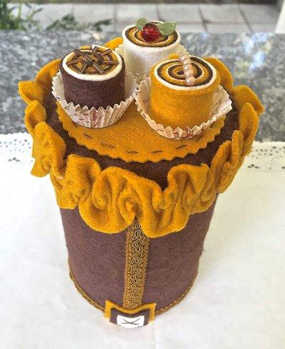 Barattolo in latta porta caramelle decorato in feltro con tre piccoli bon bon