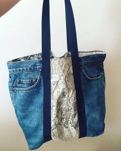 Borsa in jeans realizzata con manici resistenti, fascia di tessuto decorativo esterno e fodera con disegni interna e taschino. Grande, comodissima e alla moda!