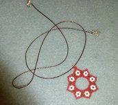 Ciondolo rosso con fiorini bianchi