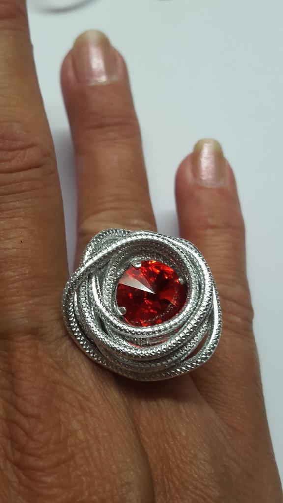 Anello alluminio striato/embossed regolabile con Rivoli Swarovski rosso siam