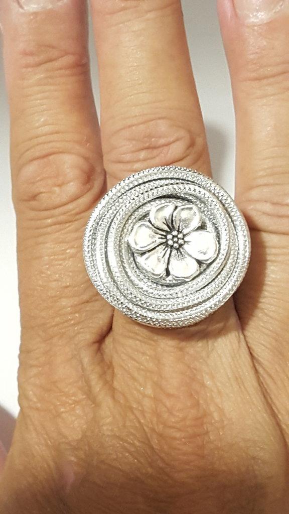Anello alluminio striato/embossed regolabile con bottone centrale argentato