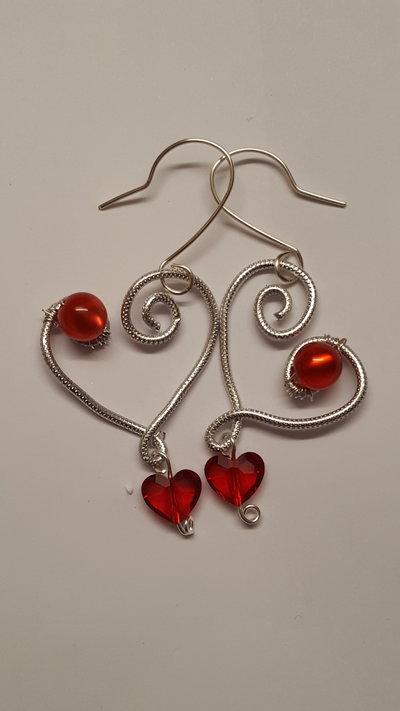 Orecchini pendenti in alluminio striato/embossed a forma di cuore con perla Polaris e Cuore Swarovski