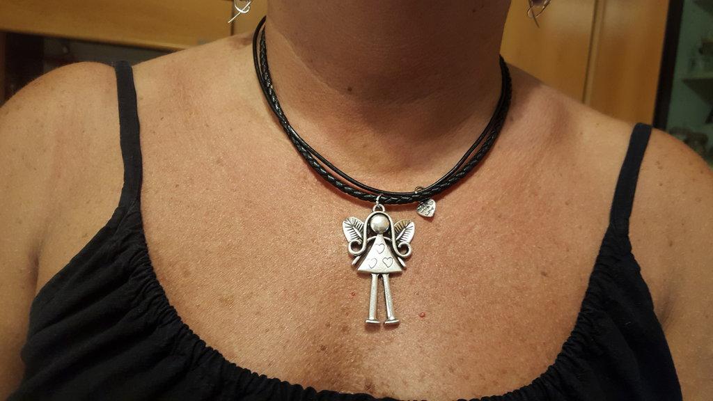 Collana girocollo nera  in cuoio con chiusura magnetica in acciaio e charms in zama