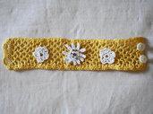 Bracciale di cotone giallo,in pizzo all'uncinetto.Applicazione di 3 fiori bianchi.Fiore centrale:stella alpina con perle dorate. Chiusura: bottoncini.