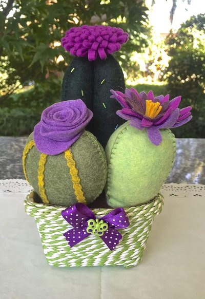 Composizione di tre cactus in feltro con fiori viola