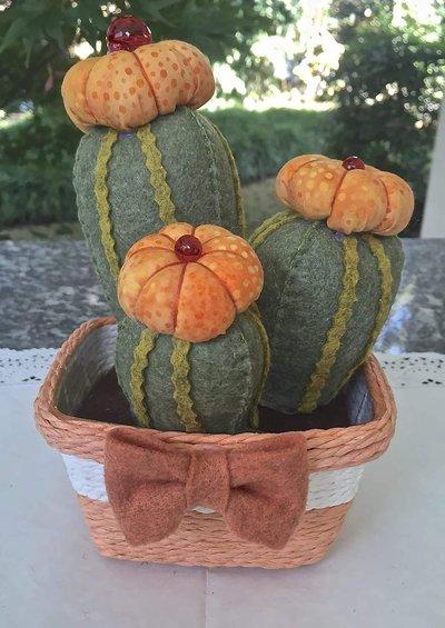 Composizione di tre cactus in feltro con fiori arancioni