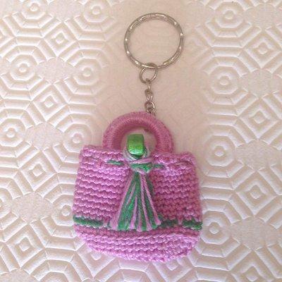 Portachiavi con mini borsetta rosa e verde fatta a mano all'uncinetto