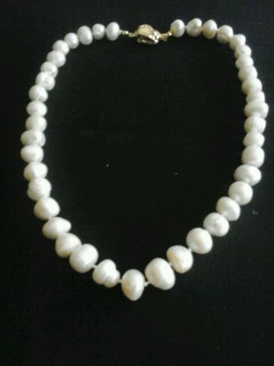 collana girocollo  di perle bianche irregolari.molto luminosa.