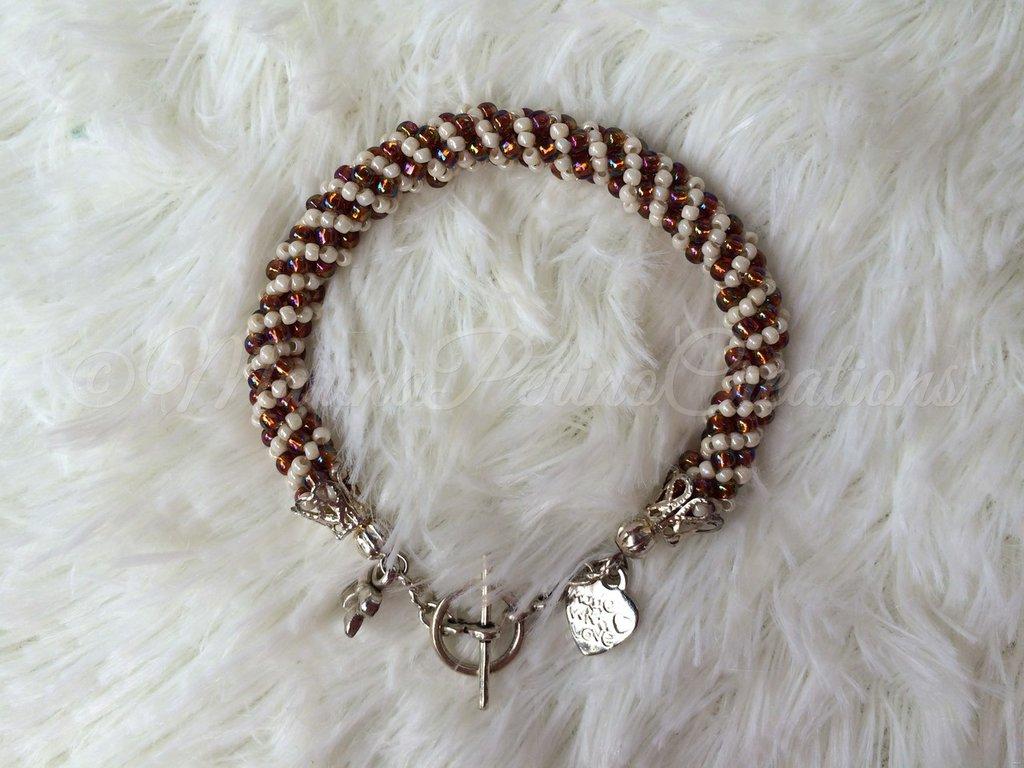 Bracciale di perline creato con la spirale russa, colori topaz e beige. Metallo color argento