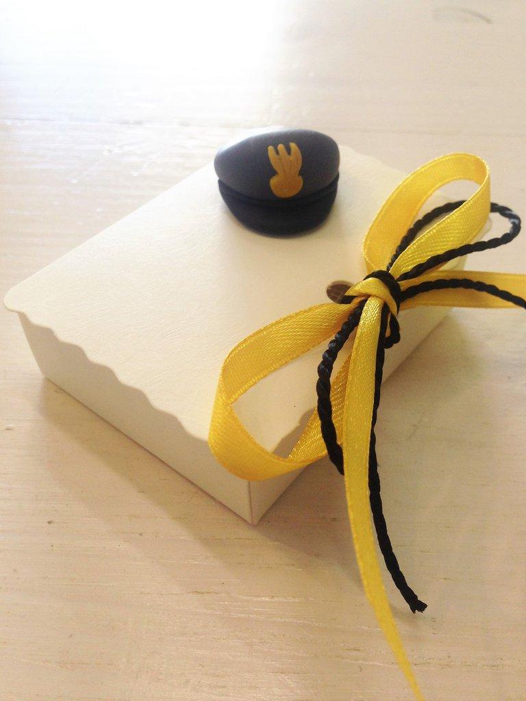 Bomboniera-cofanetto in cartoncino color crema decorata con berretto della Guardia di Finanza interamente realizzato a mano in pasta FIMO