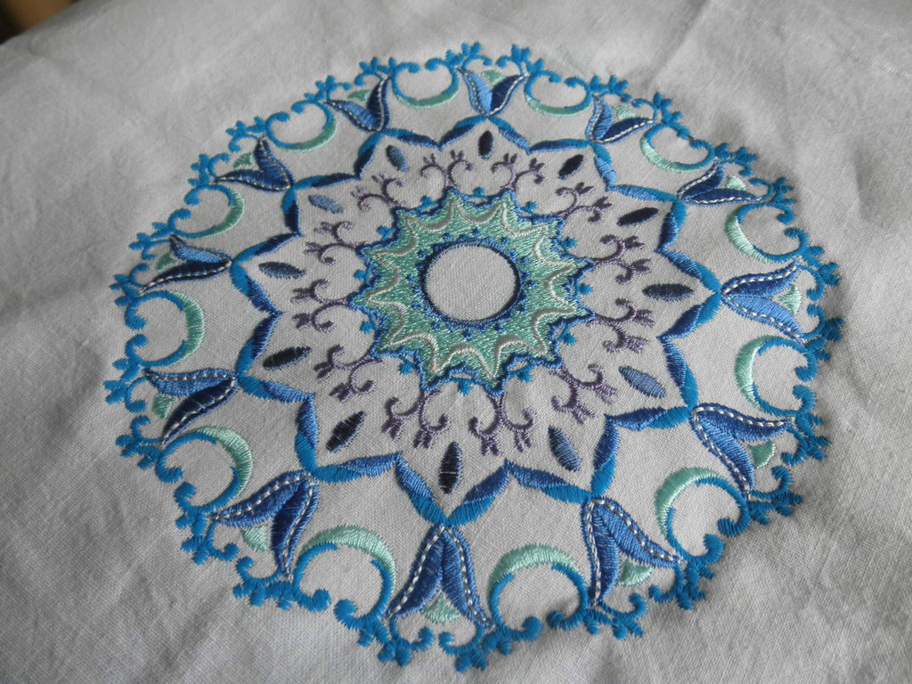 Mandala in blu ricamato a telaio su tela vintage di cotone,ricamo elegante
