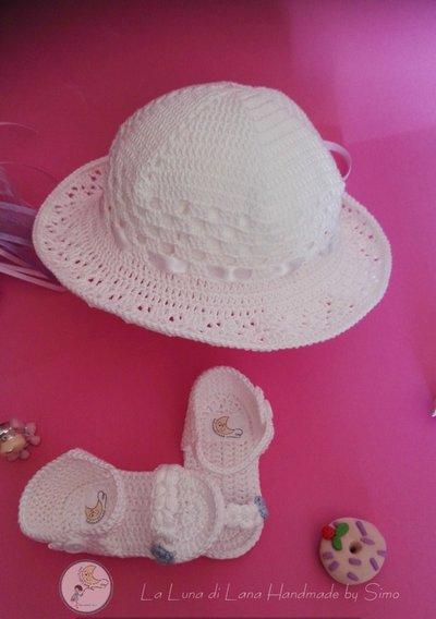 ... Cappello per cerimonia a uncinetto e sandalini per bimba coordinati bd4b1353866d