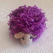 Pecorella viola amigurumi fatta a mano all'uncinetto