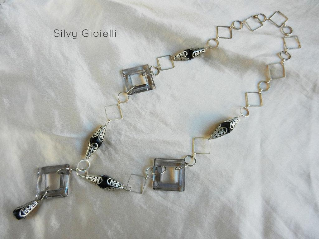 Collana di catena con perle nere e argentate