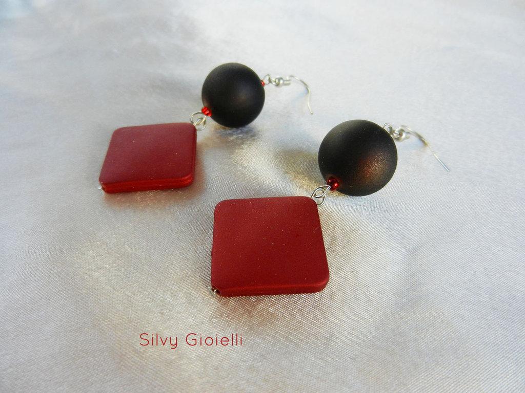 Orecchini pendenti con perle rosse e marroni