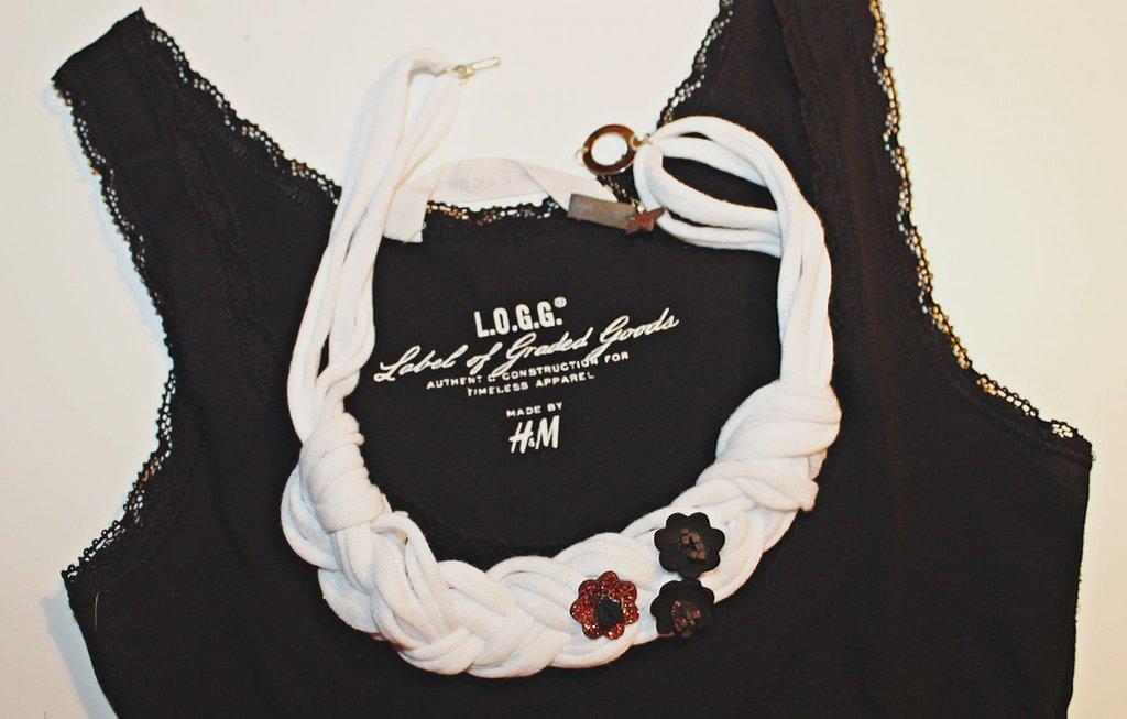 Collana soffice bianca con fiori
