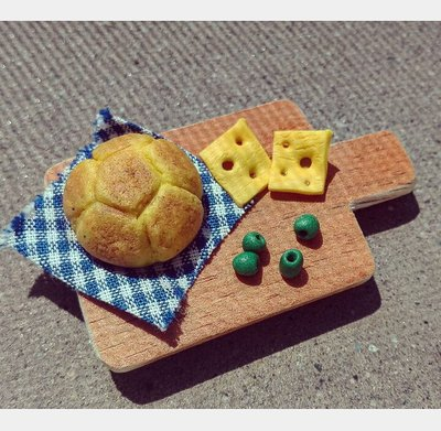 Calamita gastronomica; tagliere con panino,formaggio e olive