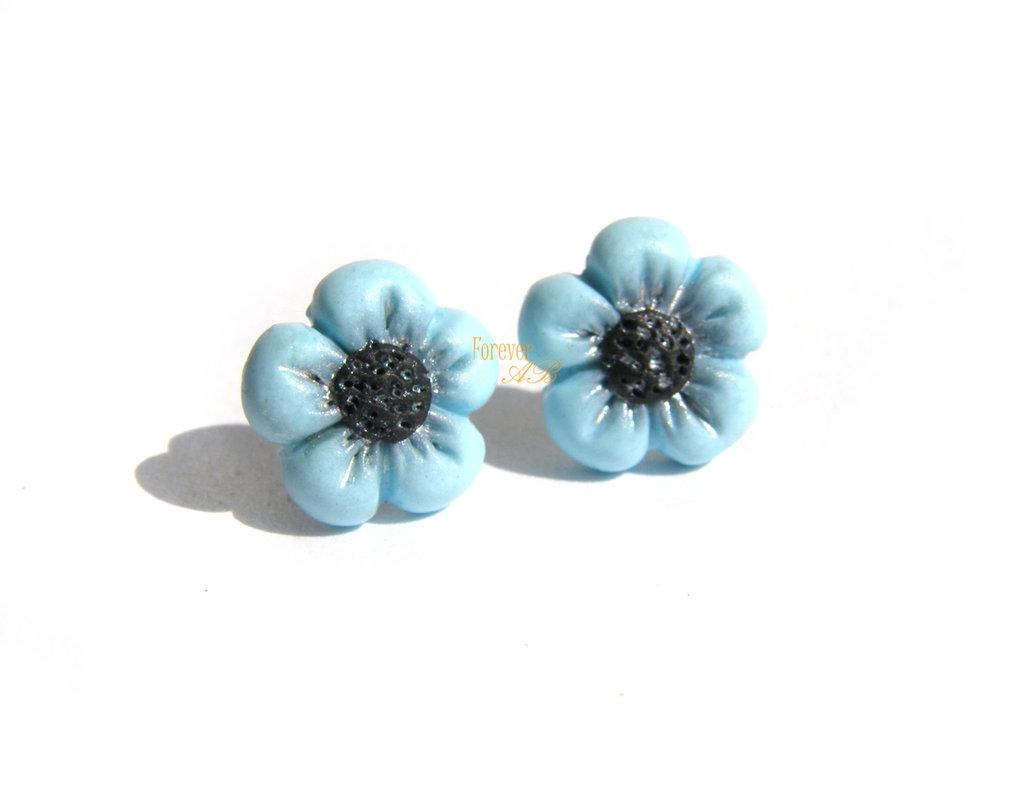 Orecchini fiori azzurro a lobo ( perno ) in fimo