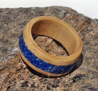 Anello in Castagno con intarsio in sabbia blu fatto a mano