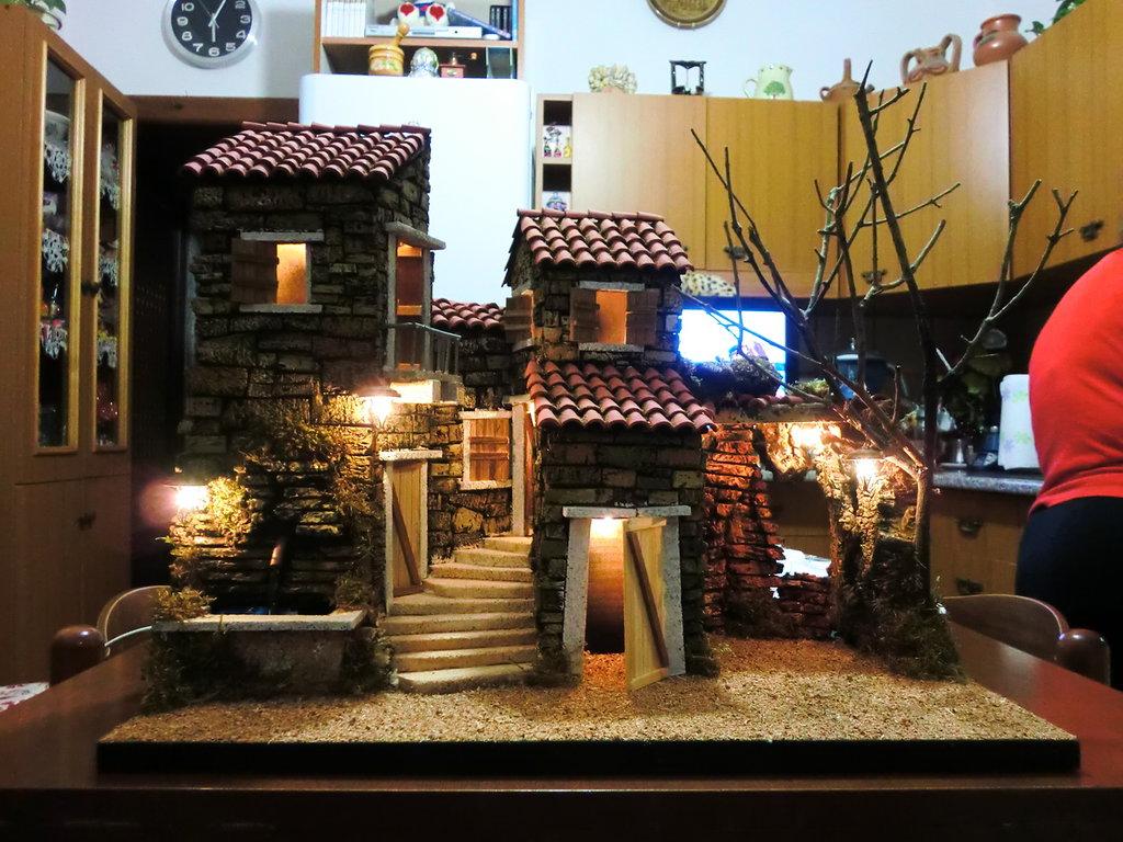 Presepe borgo illuminato con fontana e luci feste for Luci presepe