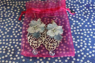 Orecchini pendenti con foglia in filigrana e fiore in resina