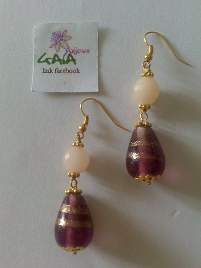 Orecchini con pallina in giada rosa chiaro e goccione viola in vetro di Murano